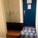 Le sèche-cheveux n'est pas dans la salle de bains mais dans le couloir : pas pratique !