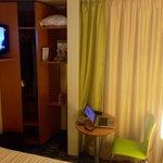 Ecran LCD TV de bonne taille mais bureau dans penderie sans éclairage et microscopique !