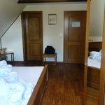 Zimmer mit Rücken zum Fenster