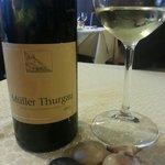 La carta dei vini è particolarmente curata; Muller Thurgau di Terlan, merita di essere assaggiat