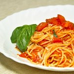 Spaghetti with tomato sauce, fresh tomato and basil. /Espaguetis con tomate, salsa de tomate