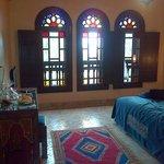 Camera da letto con finestre in stile