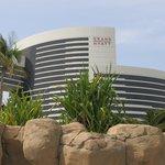Вид отеля со стороны бассейнов
