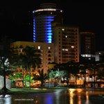 Hotel iluminado a noite