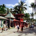 calle caribeña de salida a la playa