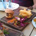 Mini cheeseburgers (3 burgers served)