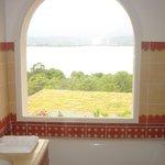 Vue de la salle de bain (et baignoire)