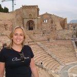 Yolanda, vista del Teatro y la Catedral vieja derruida en la Guerra Civil