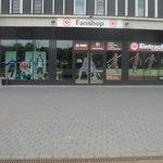 L'esterno del negozio del club