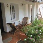 kleine eigene Terrasse im zauberhaften Innenhof