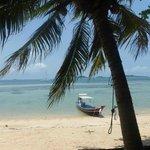 Sur la plage de Koh Tan : le long tail boat et au loin, le Catchasam