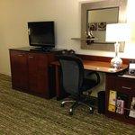 Flat screen tv and desk area (free wi-fi)
