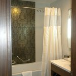 uno de los dos baños de la habitación