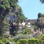 Jardines y teatro griego al fondo
