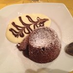 Doce al cioccolato con ripieno di cioccolato caldo.