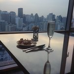 Prosecco and satay at the executice lounge