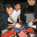 Enzo Marchei con collaboratori, anguriata in spiaggia