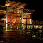 piscine et lobby de nuit