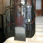建物内エレベータ 扉は手動開閉