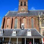 Karşıda Amersfoort Sint-Joriskerk ve kulesi