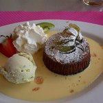 Fondant au chocolat, crème anglaise et glace pistache