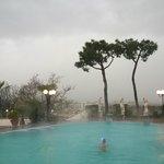 Замечательный вид скрыт дождём, что не мешает наслаждаться тёплой водой открытого бассейна