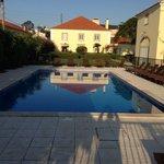 Der Pool mit Blick auf das Haupthaus