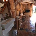 Coin salon vue depuis la salle de bains La Terrasse