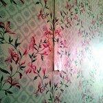 Muri sottili e tapezzeria che si stacca