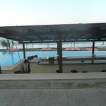 Το μπαρ της πισίνας, η άλλη πλευρά είναι μέσα στο νερό