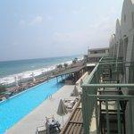 θέα από το δωμάτιο πάνω από την κεντρική πισίνα