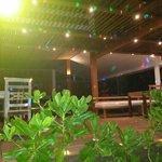 O bar da praia nativa a noite, onde acontecem os shows