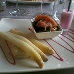 asperge avec plan d'asperges, salade de saumon fumé et smoothie de betterave