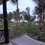 Vista desde la habitacion al jardin y a la playa