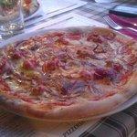 Pizza gustosa, saporita con condimento abbondante!