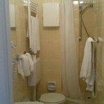 Bagno piccolo ma pulito (come la stanza)