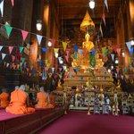 Altar con monjes