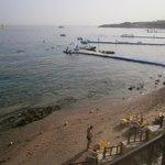 Полоса пляжа и понтон отеля