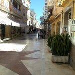 calle típica de Torremolinos , entre los apartamentos y el paseo marítimo