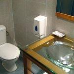 Banheiro funcional, poucas amenidades (sabonete, gel de banho)