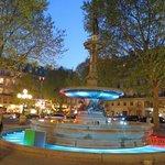 ホテル前の噴水 ライトアップはさずがフランス