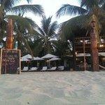 Foto del hotel como se ve desde la zona pública de la playa.