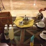 ホテルのロビーで、サンライズツアーの前にモーニングコーヒー
