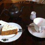 earl grey tea con fetta di torta di carote