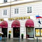 На здании отеля развевается российский флаг