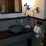 Waschbecken und Spiegel