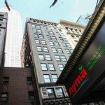 Blick aufs Empire State Building vom Hotel-Bürgersteig