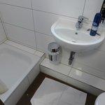 Das Wasser läuft an der Seite aus der Dusche