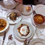 Los entrantes: judíones, morcilla con pera y piñones, migas y sopa castellana