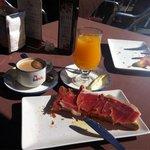 Mal jamón, llamado ibérico, para estar en la plaza de Salamanca. El café malo también. Precio ca
